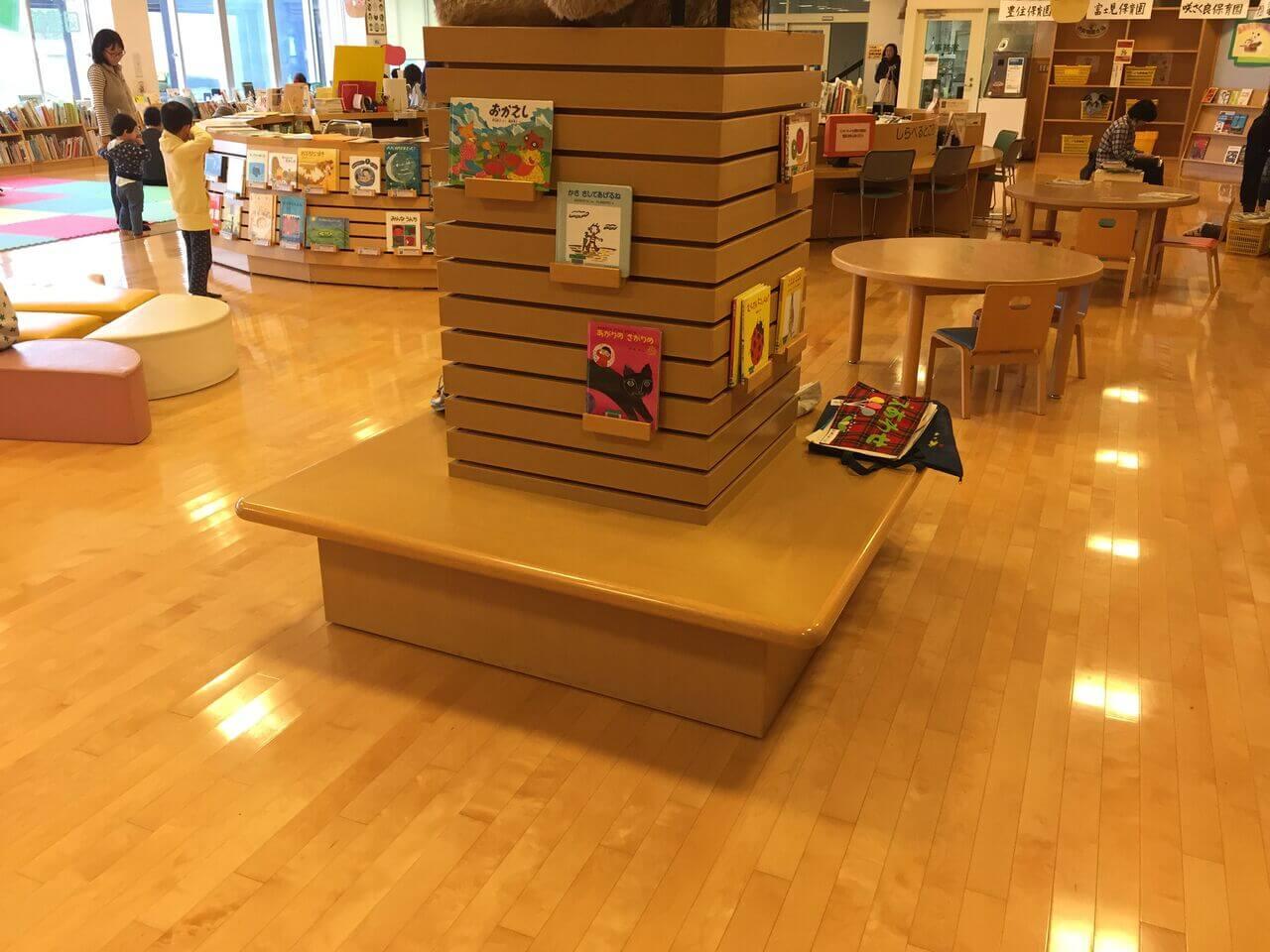 こども図書館の各所に、椅子&テーブルあり-001