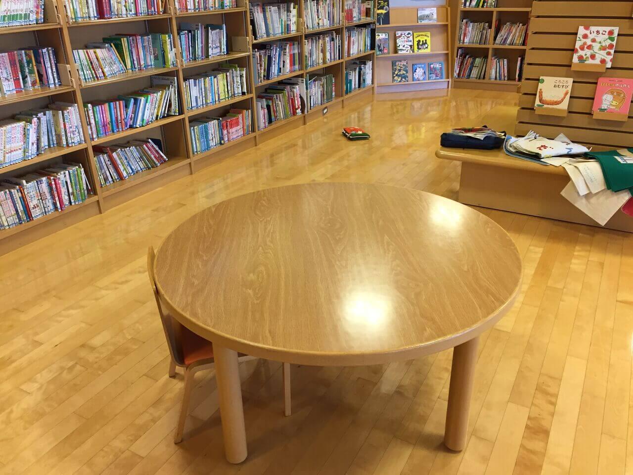 こども図書館の各所に、椅子&テーブルあり-002
