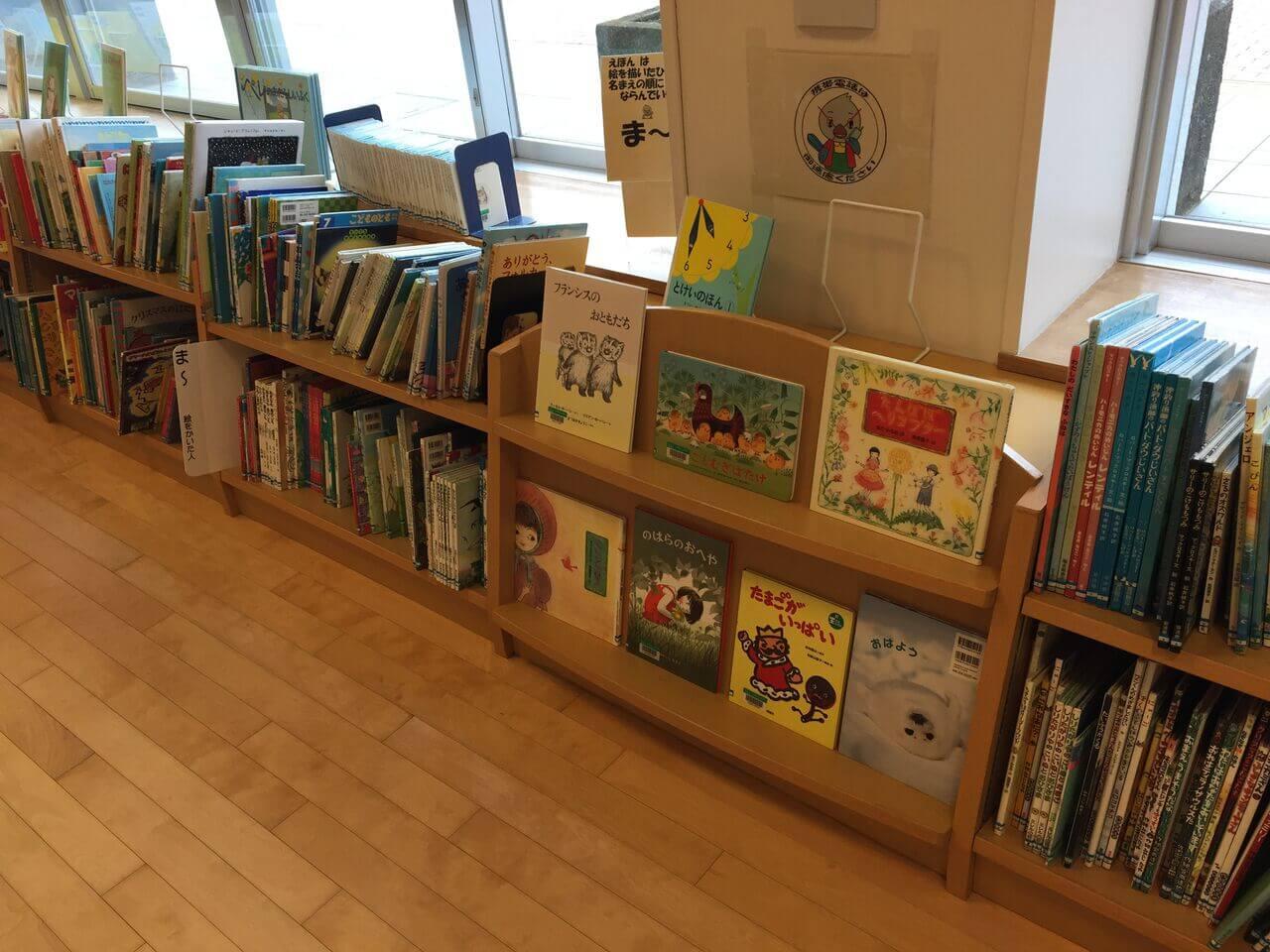 小さい子向けの絵本は、低めの棚に置いてあるので、子供が自分で見て選べます-002