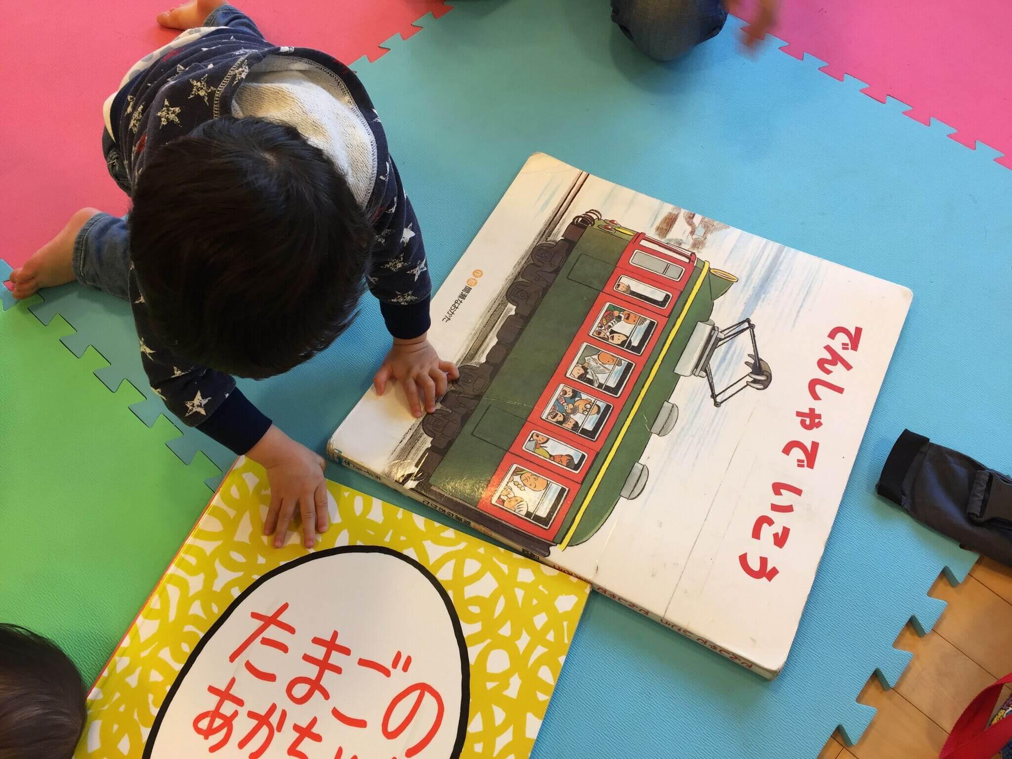 大きな絵本に、子供たちも喜んでいました