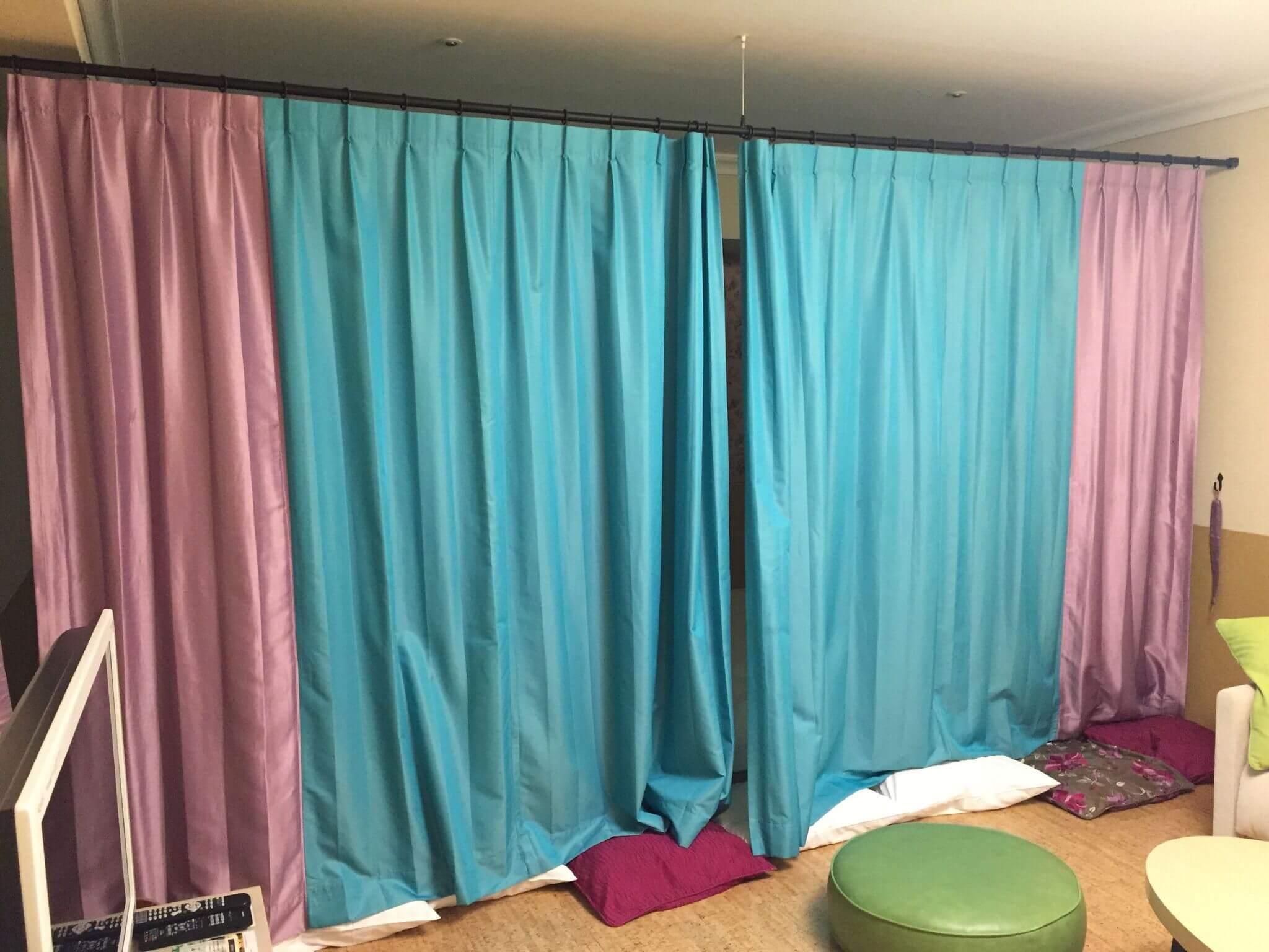 ベッドと部屋をカーテンで仕切れる