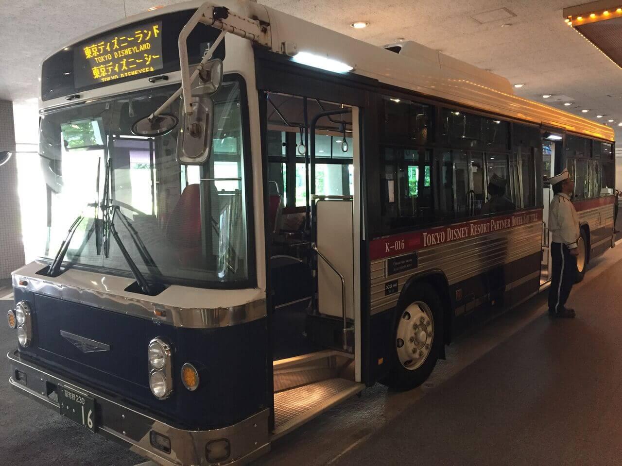 無料のシャトルバスで、いざディズニーランドへ!