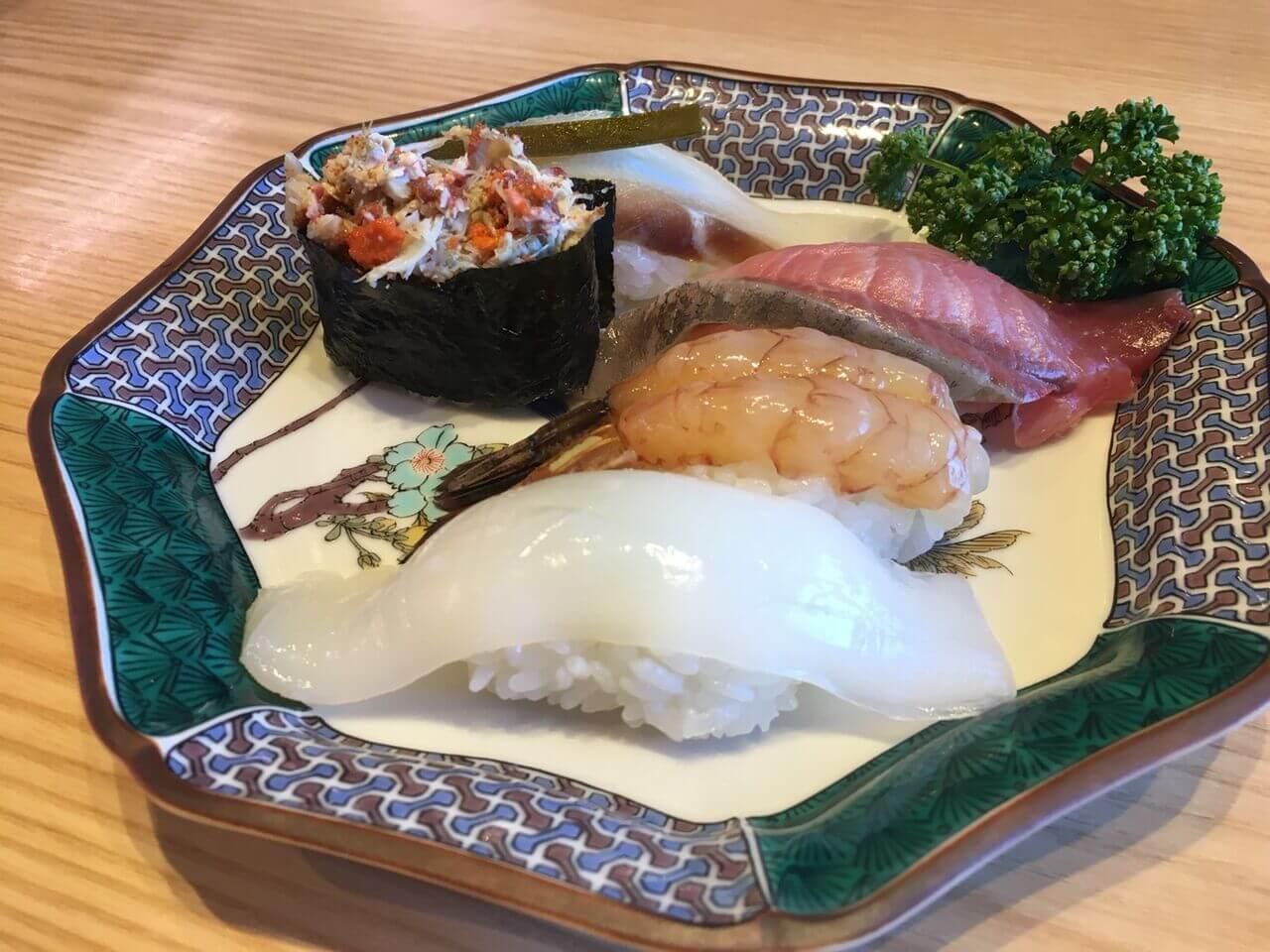 「石川産五点盛り」寒ブリ、がすえび、真鯛昆布締め、あおりいか、香箱かに軍艦